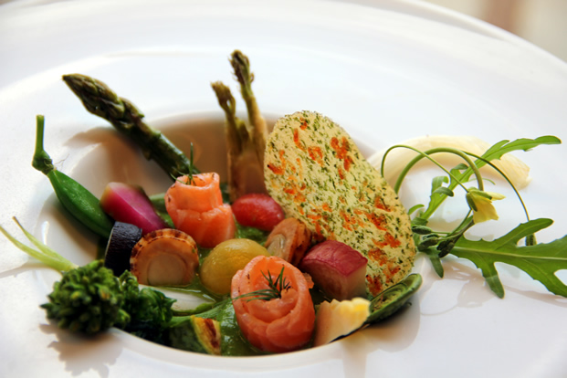 春の野菜と魚介のガーデン風 菜の花とトマトのソース・イサダとわかめのチップスを添えて