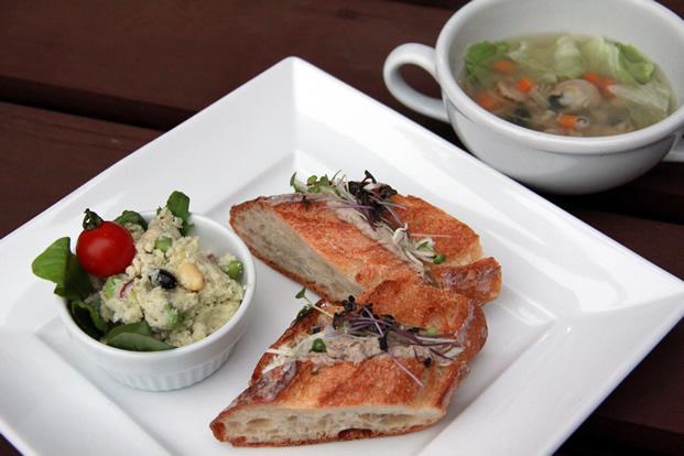 鯖パテとスプラウトのサンドイッチ ホタテとレタスの雑穀スープ おからのサラダ